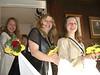 Die Brautjungfern tragen die Schleppe