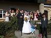 Brautpaar vor Standesamt mit engem Kreis