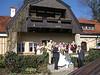 Hochzeitsgäste vor Standesamt Gasteiger Villa