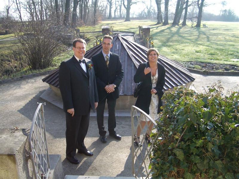 Marco und die Trauzeugen warten auf die Ankunft der Braut