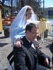 Brautpaar im Biergarten mit Sonnenschein
