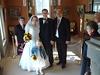 Brautpaar mit Bräutigamseltern und Blumenkind