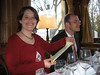 Julia liest das Menü (Christine & Deppe)