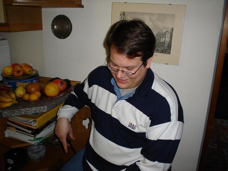 Marco zu Hause in der Küche