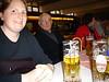 Tini, Marcos Opa und Tinis Mutter mit Bier