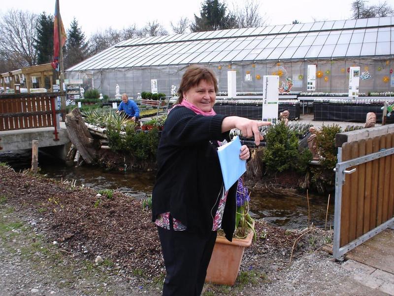 Mami entdeckt Blumen in der Gärtnerei