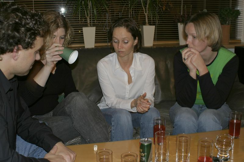 "Natalie desperately trying to understand ""Mexciaantje"" aka ""Bluf Poker"""
