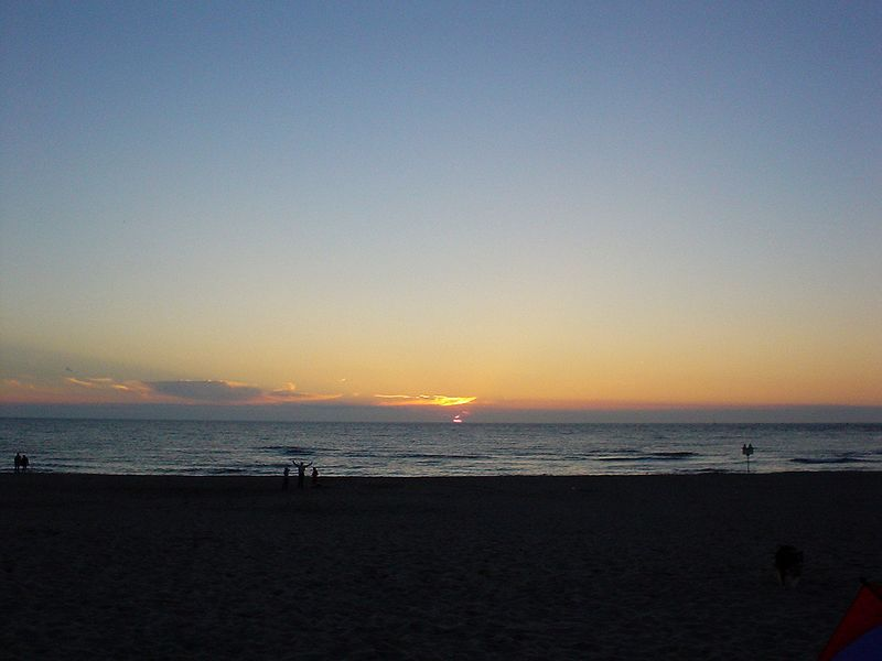 "Sunsetting at the Noorderstrand in Scheveningen, in front of <a href=""http://www.strandtentsoomers.nl"">Soomers</a>"