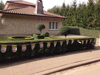 Vrijdag morgen 14 maart 2014. De buren hebben wat versiering aangebracht.