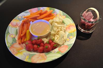 Rauwe groentjes met dipsausje en bloemstukje.
