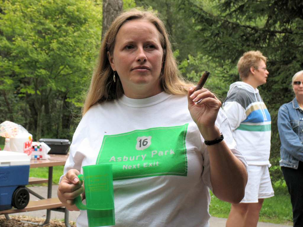 Most Wamber goers miss on the accesorizing thing. Linda made sure her shirt matched her mug! Note the cigar. Nice touch!