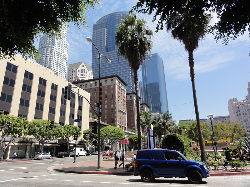 Although Los Angeleans prefer to stay indoor and in cars, walking is still possible in downtown.