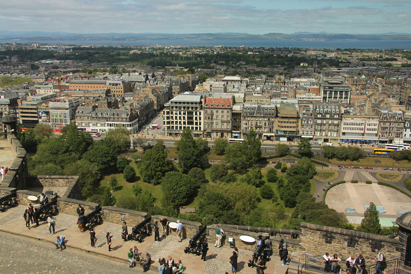 Argyle Battery, together with Mill's Mount Battery (to its west) were the main northern defenses of the castle.  A great view of Princes Street Gardens and the New Town to the north.