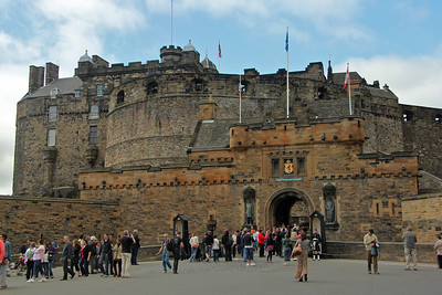 Edinburgh Castle The castle consists of a collection of buildings sitting on a fortress on top of the summit of an extinct volcano called Castle Rock. Throughout the ages the castle was continually besieged, held by the English as well as the Scottish, but always to rise again. Most of the present buildings date from the16th century, but there has been a royal castle here since at least the 12th century.