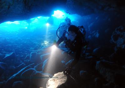 divers in lava tube (溶岩チュブに入ったダイバー達)
