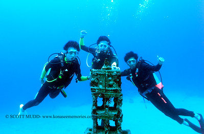 divers and underwater buddha (水中仏像とダイバー達)