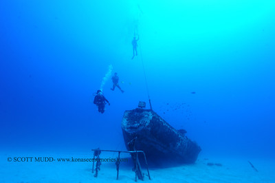 divers and wreck (ダイバー達と沈没船)