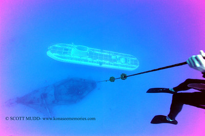 underwater wreck and submarine (沈没船と潜水艦)