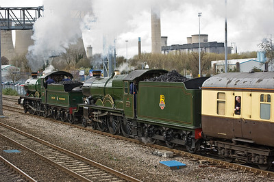4965 'Rood Ashton Hall' and 5043 'Earl of Mount Edgcumbe' head away from Didcot on their journey home to Tyseley
