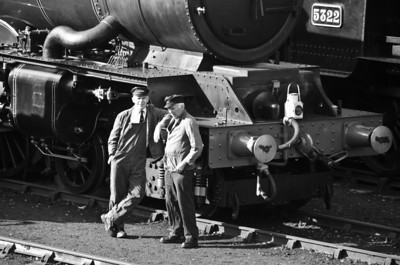 The crew in discussion next to 6023 'King Edward II' at Didcot