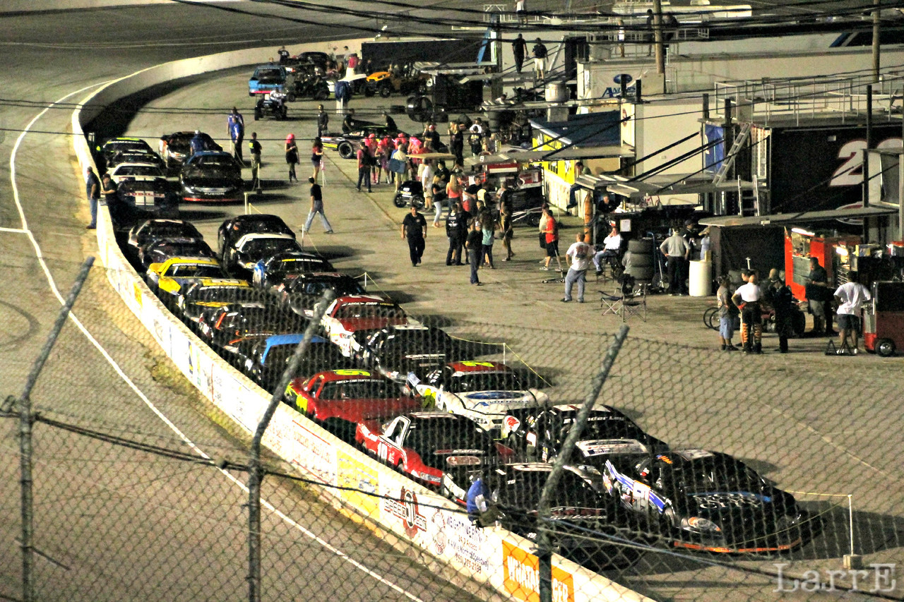 25 cars line up for the feature event