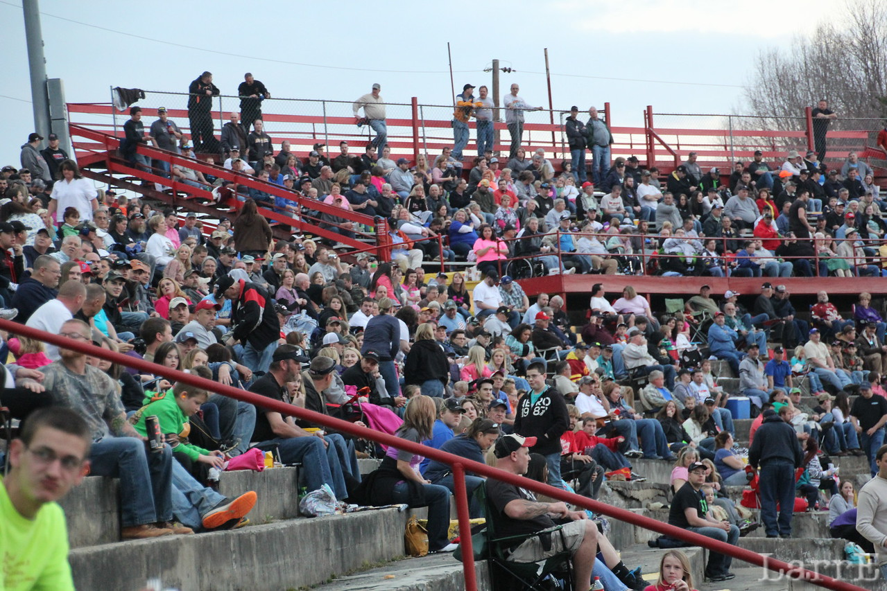 A large Saturday night crowd was on hand for the Koma Modified Series visit.