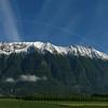Barrière orientale des Bauges, dernier coup de neige un certain 30 mai 2007. La montagne est encore blanche et la plaine déjà verdoyante.