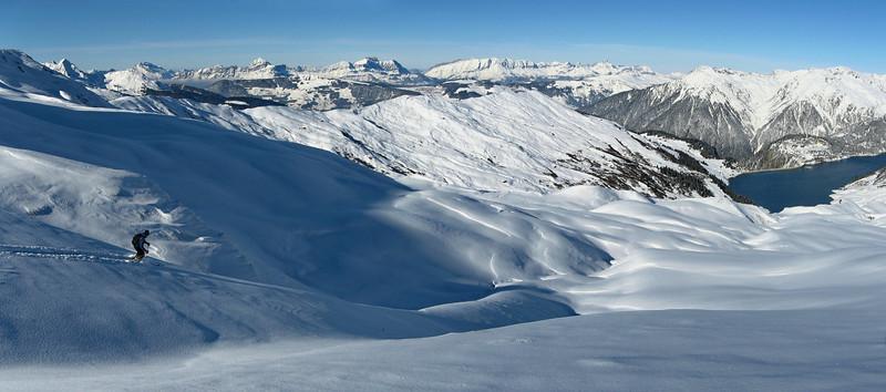 Premières neige d'automne sur le Beaufortain, descente sur le barrage de Roselend depuis le col du Couvercle.