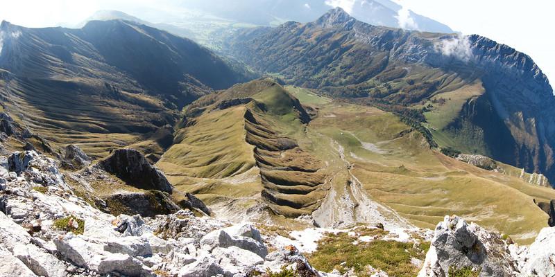 Les hauts de Jarsy depuis l'Arcalod.<br /> Allant, Mille rayés, Massoly, Cherel et Trélod.<br /> (Hautes-Bauges)
