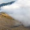 Le Col du Drison se fait croquer par la mer de nuage.<br /> Rester en haut ou redescendre ? Dilemme récurent.