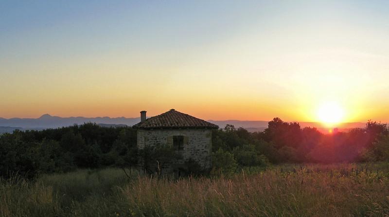 Cabane de vigne sur la colline de Ravel ; au loin la Chaîne des Puys.