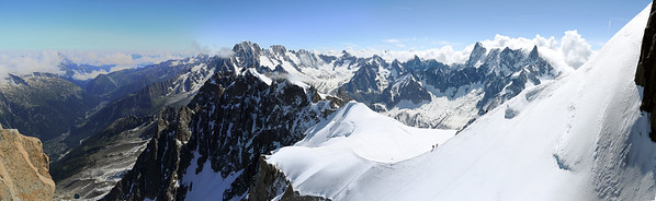 Panorama de la Chaîne du Mont-Blanc depuis l'Aiguille du Midi (Extrême droite) jusqu'à la Vallée de Chamonix (à gauche) - 2015
