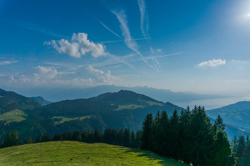 Vue à partir de la montagne de Corbetta, au-dessus des Paccots. A droite, le lac Léman