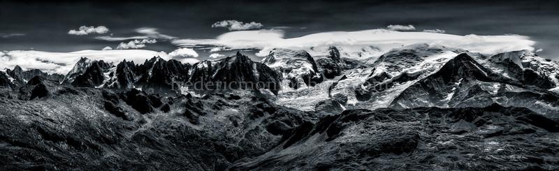Vue du Massif du Mont-Blanc prise du col d'Anterme en N/B