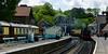 Grosmont stanička s historickým vlakom a vozňami