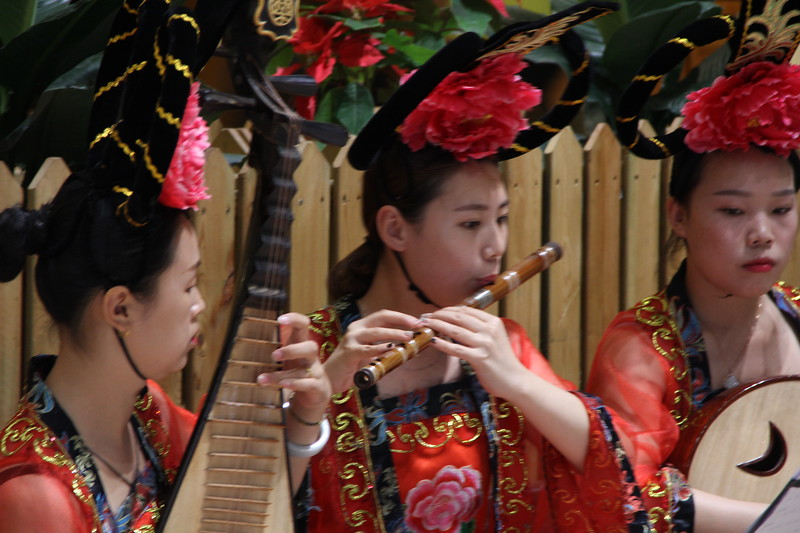 Entertainment during the water banquet in Luoyang. The water banquet is a regional Henan culinary experience dating back to the Sui Dynasty (581-618 CE). June 22, 2017