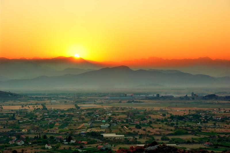 Rasarit peste Podgorica, Muntenegru