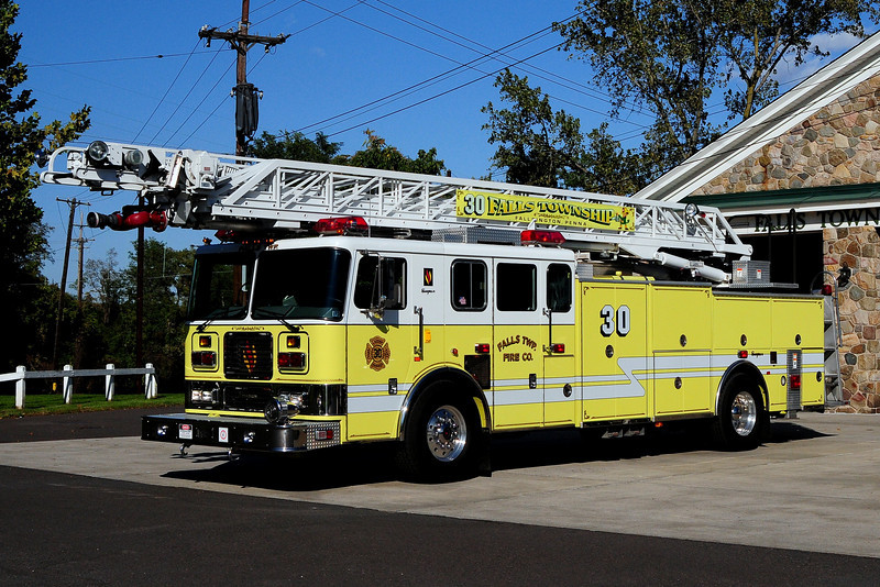 Falls Twp, LADDER 30  1999 SEAGRAVE 100ft