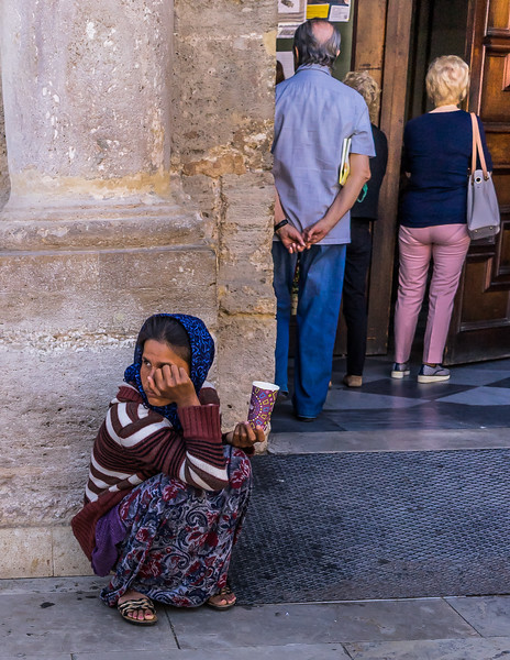 Valencia, sad contrasts tourists and homeless