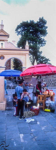 Sellers in front del church - Tonantzila - Mexico