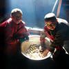 Непал. Долина Тзум. Молодые монахи готовят еду. Фотография - Валерий Гаркалн