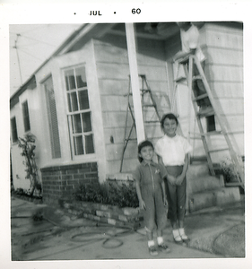 1960-07_michaela-n-kathie-dad-on-ladder