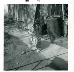 1960-03-joe-in-the-backyard-shovel1