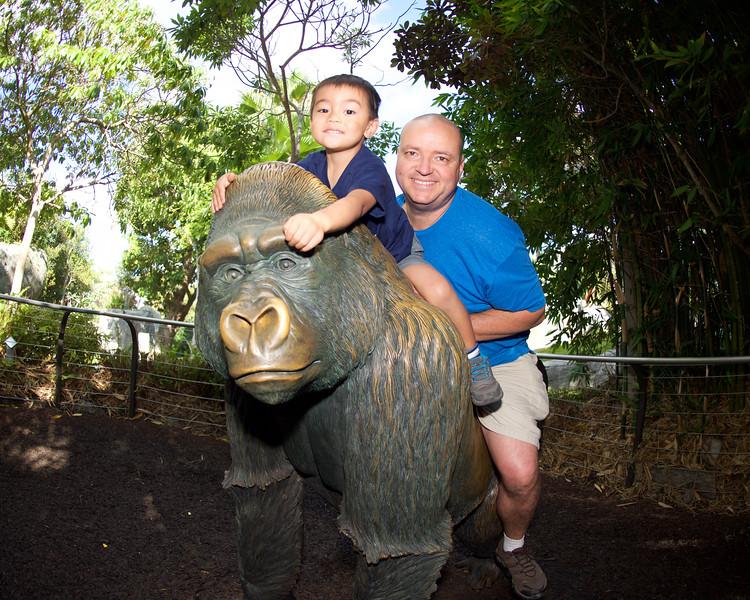 Un Gorilla y Dos Monkeys