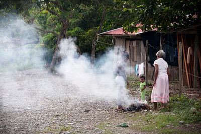 We sleep in the house of Grandmother Chú. After a breakfast of hojaldres (cornbread with yeast and cheese) with coffee, we head for the street. The women are taking advantage of the fresh morning air by burning rubbish. Even though we are close to Buenaventura, there is no rubbish collection service.