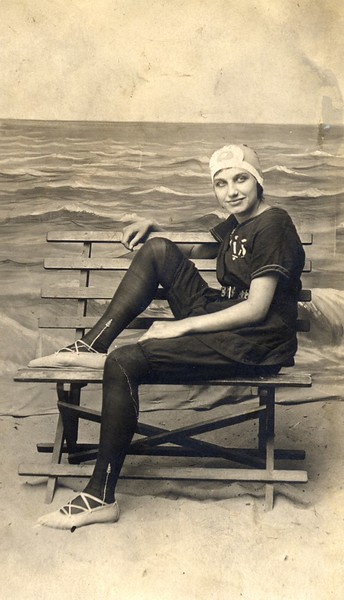 Bernice Akers Beach Scene  (06701)