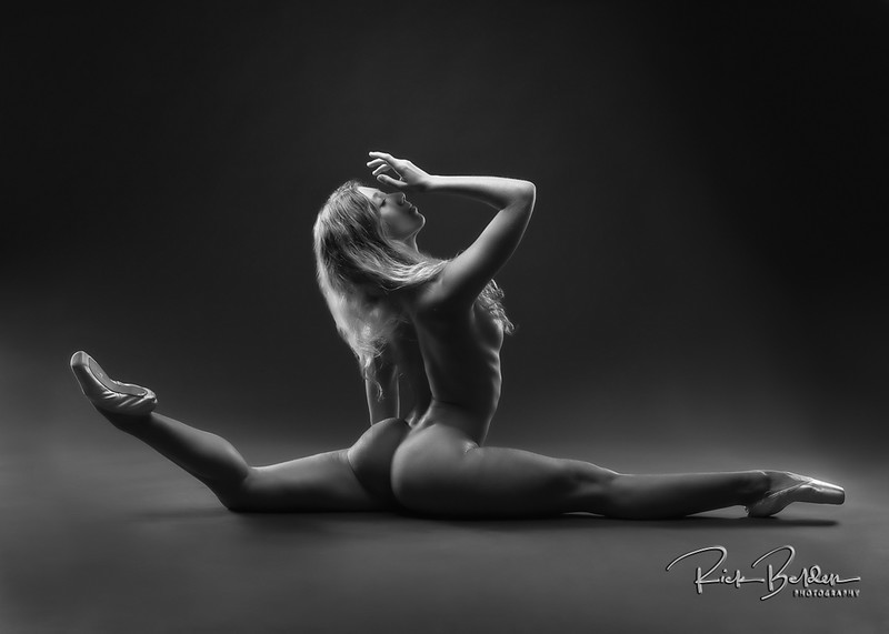 The perfect combination strength, balance and overall athletic beauty the incredible @poppyseed_dancer in my photo studio @rickbeldenphotography .   ........     .    .      .   ...........................................................    .   .........  .