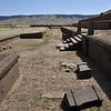 Le paysage est dominé par Akapana, pyramide en gradins à sept niveaux au plan général évoquant la croix des Andes. Ce dernier emblème, à structure échelonnée, lui aussi serait omniprésent dans l'art des hautes terres, imitant selon certains la croix du Sud et reproduisant pour d'autres les quatre parties de l'univers... Quoi qu'il en soit, ses architectes font preuve d'un sens certain du spectaculaire : murs de pied faits de blocs de grès ponctués tous les trois mètres de piliers à base rectangulaire de trois mètres de haut.  Cet aspect si massif frappe Pedro Cieza de León, premier Européen à découvrir Tiwanaku et qui ne peut, avoue-t-il, « ni comprendre, ni deviner quels outils ou instruments avaient permis de les façonner ».