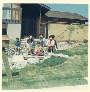 1960s-mv-house-family-in-front01