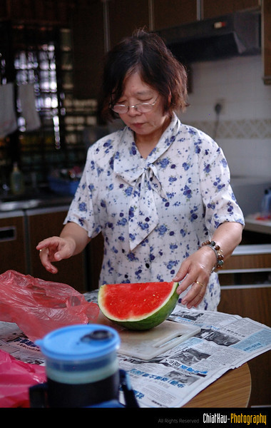 Mom is preparing some watermelon... Yummy... and Juicy... :P~~